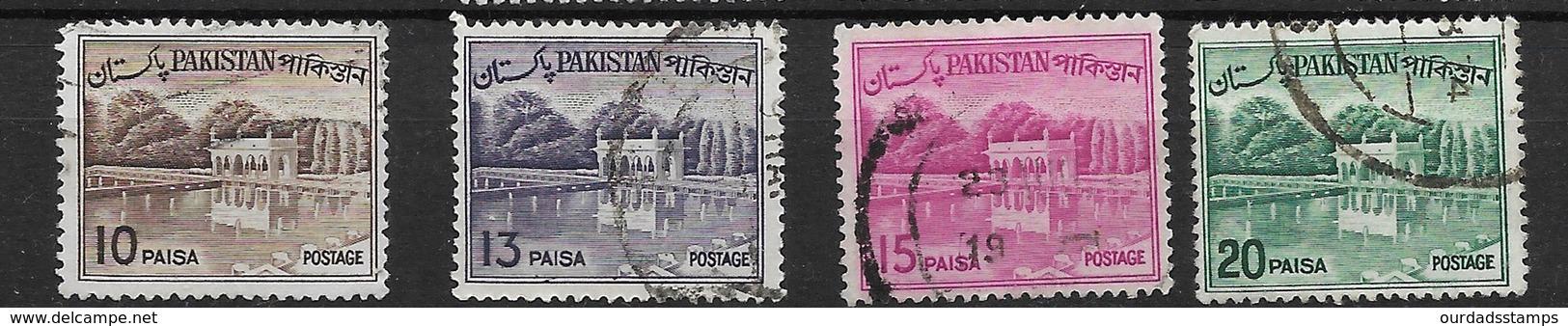 Pakistan 1962 Khyber Pass/Shalimar Gardens, Bengali Inscription, Used (5068) - Pakistan