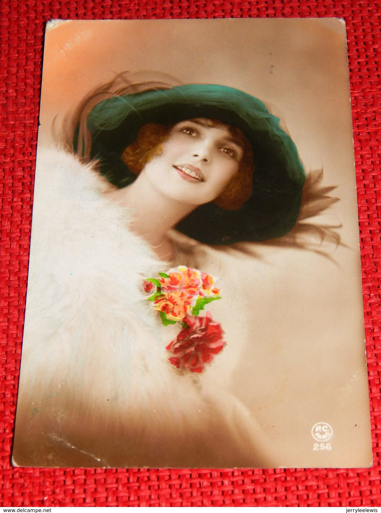 FANTAISIES - FEMMES -   Elégante Jeune Femme Au  Manteau De Fourrure -  1924 - Femmes