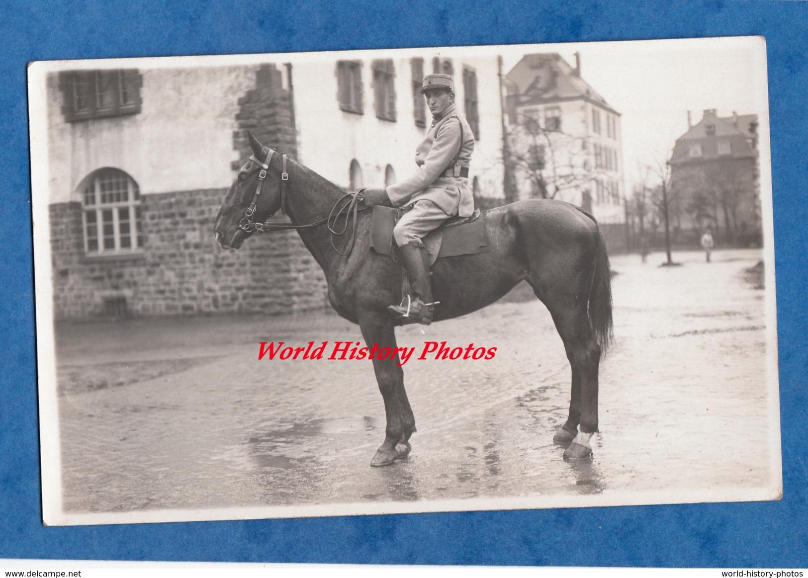 CPA Photo - Caserne à Situer , Allemagne ?- Portrait D'un Militaire Du 4e Régiment à Identifier - Cheval Horse Cavalerie - Militaria