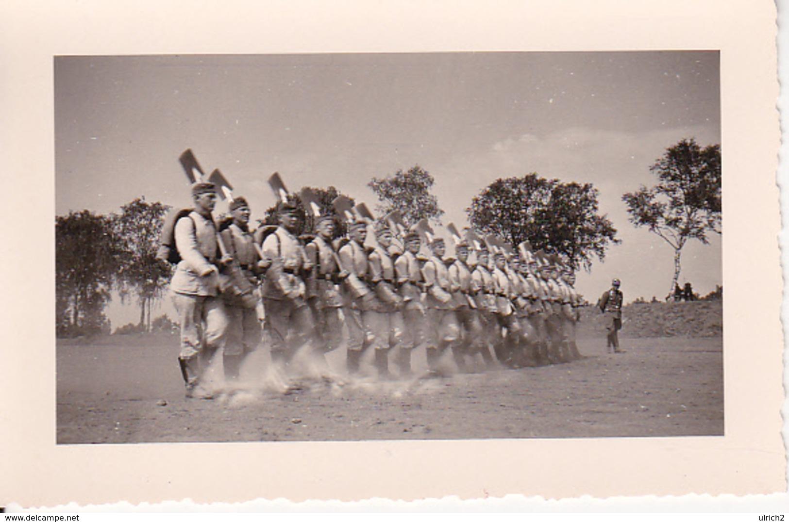 Foto Gruppe Deutsche Soldaten - RAD - Exerzierdienst - 2. WK - 9*6cm (28527) - Guerre, Militaire