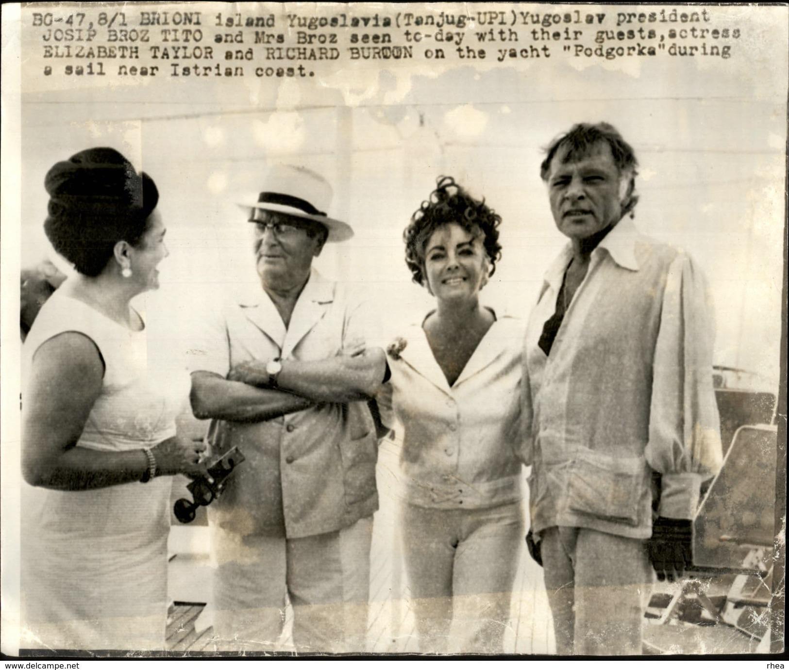 PHOTO - Photo De Presse - LIZ TAYLOR - Actrice - RICHARD BURTON - Yougoslavie - TITO - Célébrités