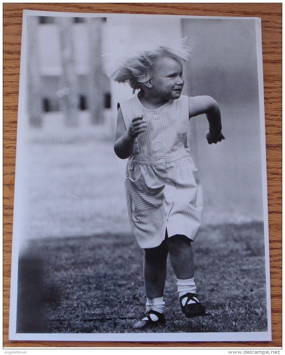 FINE ORIGINAL PRESS PHOTO OF ZARA PHILIPS AS A CHILD SMITHS LAWN WINDSOR 1984 - Other Collections