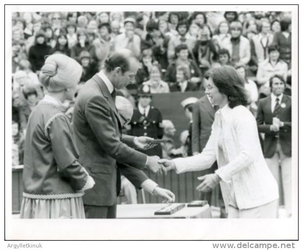 THREE PHOTOS WIMBLEDON TENNIS BILLIE JEAN-KING VIRGINIA WADE BETTY STOVE 1977 - Famous People