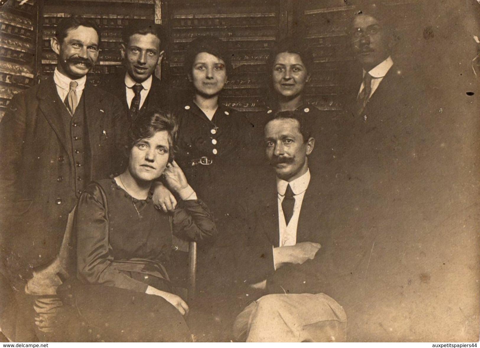 Photo Originale Albuminée Collègues De Travail Devant Linéaire à Identifier - Archives, Imprimerie ??? Vers 1910/20 - Métiers