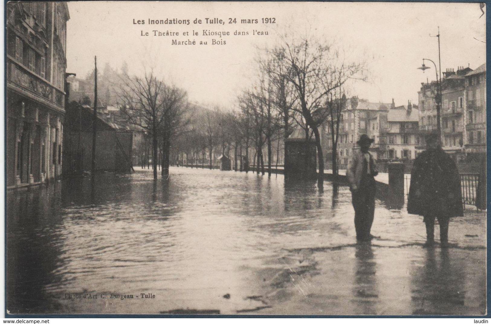 Les Inondations De TULLE , 24 Mars 1912 Le Théatre Et Le Kiosque Dans L'eau , Marché Au Bois , Pli Coin Haut G , Animée - Tulle