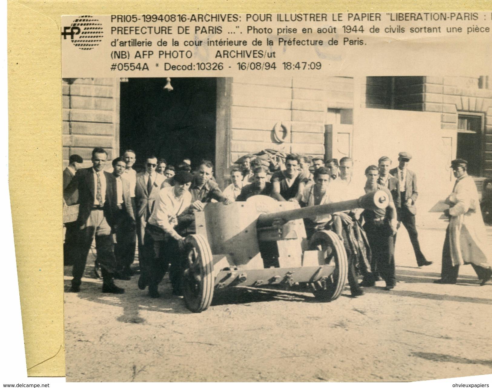 Guerre  39/45  Libération De  PARIS  -  Les Civils Sortent Une Piece D'artillerie  De La Préfecture - Guerre, Militaire