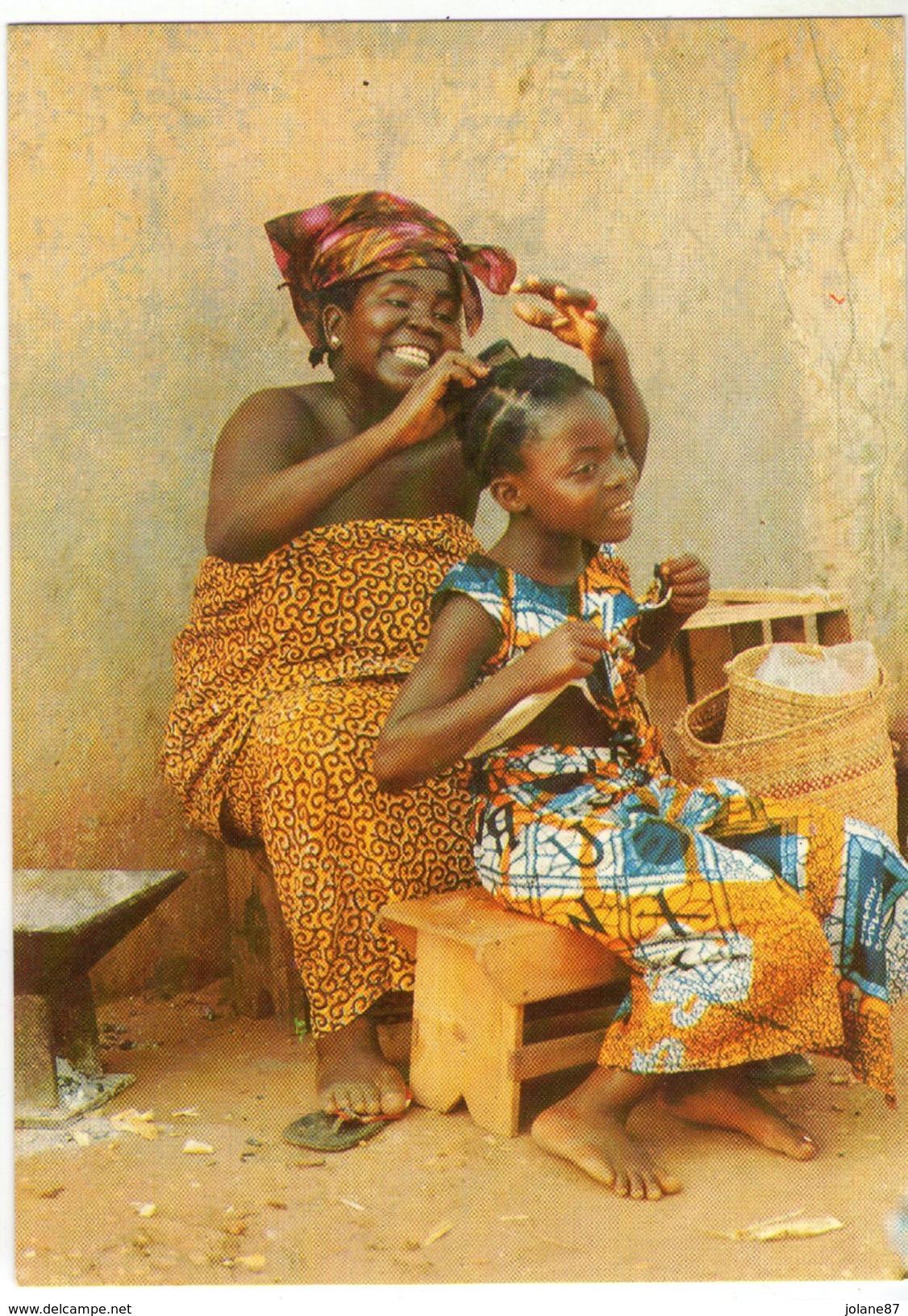 CPM    AFRIQUE EN COULEURS     SEANCE DE COIFFURE AU VILLAGE   MAMAN ET SA FILLE - Cartes Postales
