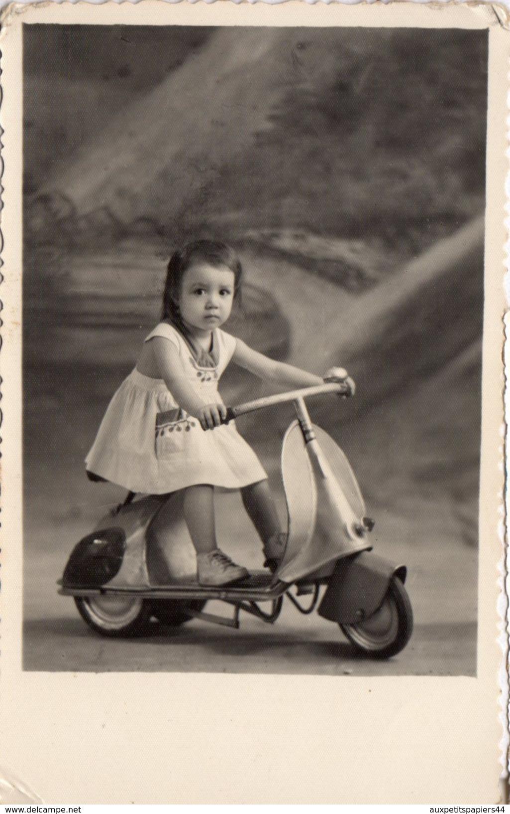Photo Originale Jeu & Jouet - Splendide Scooter Vespa Pour Enfant, Piloté Par Une Jolie Petite Fille En Studio - Objetos