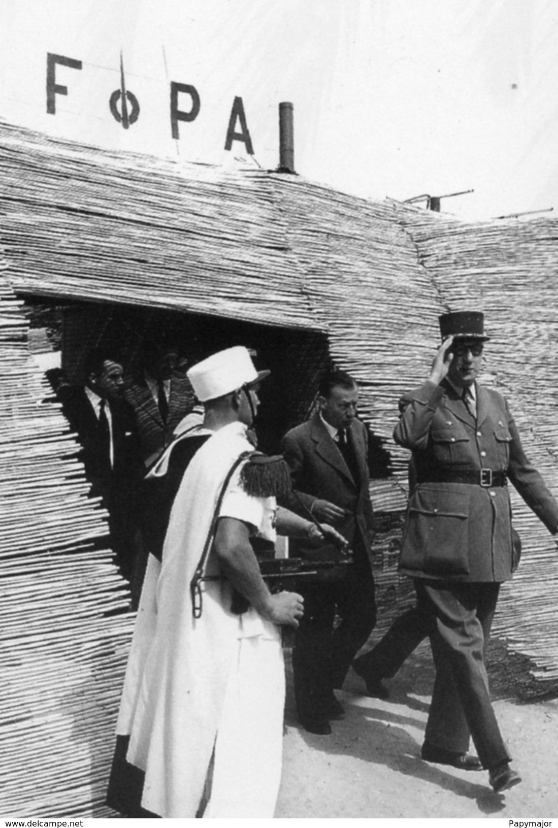 Militaria Guerre D'Algérie - Le Général De Gaulle En Visite à Hassi-Messaoud En 1957 - Documents