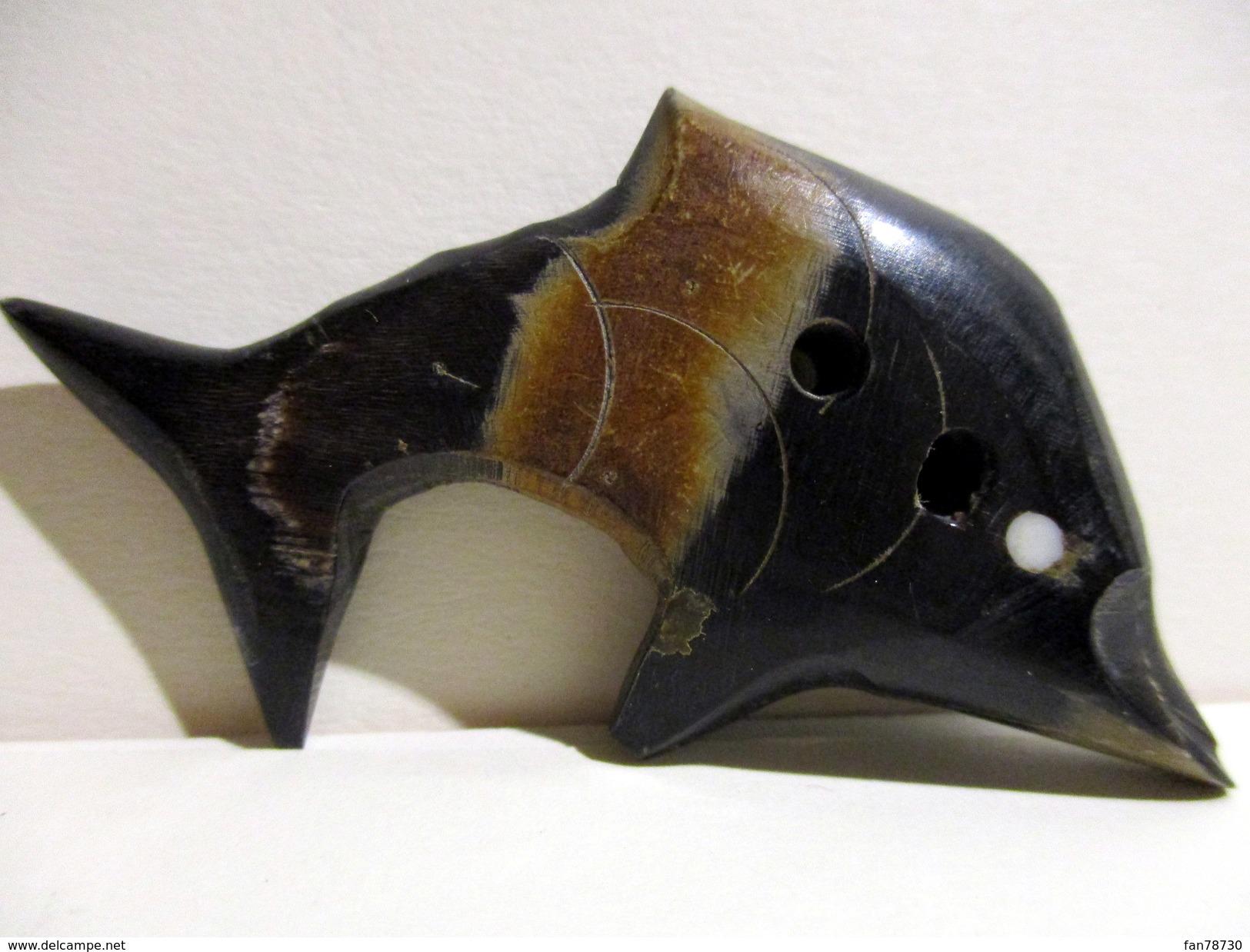 Gros Bouton En Corne Ou Résine, Longueur 6,5cm - Non Classés
