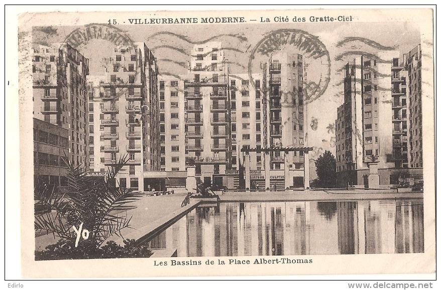 ---  69 ---   VILLEURBANNE MODERNE  La Cité Des Gratte Ciel - Les Bassins De La Place TTB - Villeurbanne