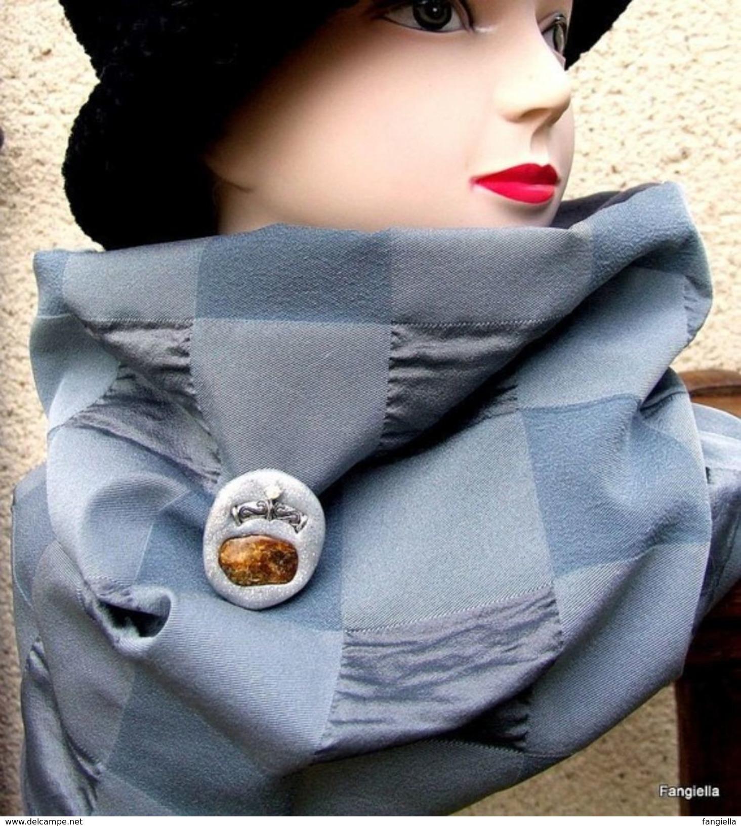 Snood Tour De Cou Gris Tissu Haute Couture Et Sa Broche Autour D'une Belle Pièce D'Ambre De La Baltique  Doublé D'une Ch - Bijoux & Horlogerie