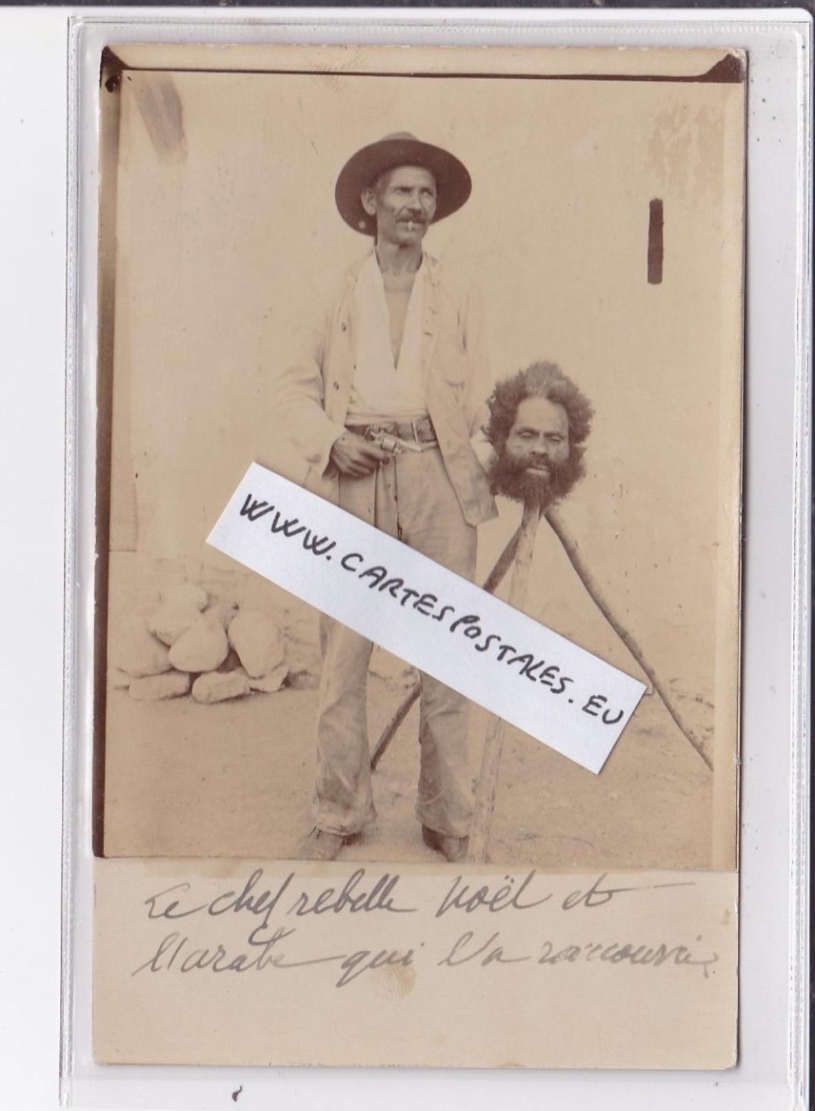NOUVELLE CALEDONIE : Photo Collée Sur Une Carte Postale Du Chef Rebelle Noel Décapité à Côté De Son Bourreau - TBE - Nouvelle Calédonie
