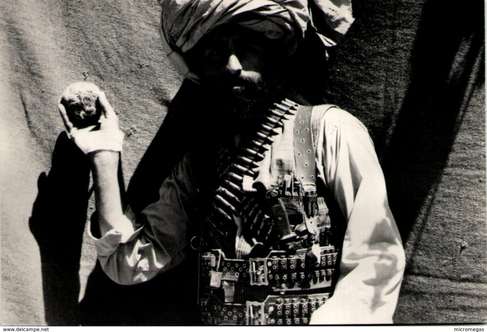 Richard EMICA - Sipa - Afghanistan 1980 - Le Chef Ahmad Jan Montre Une Grenade - Illustrateurs & Photographes