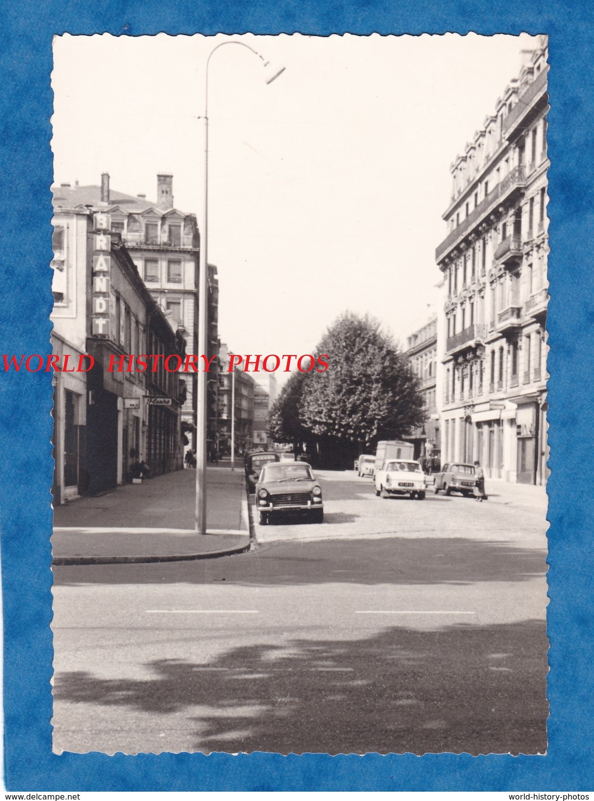 Photo Ancienne - LYON 3e - Rue Servient - Préfecture - Automobile Peugeot - Magasin Brandt - Cars