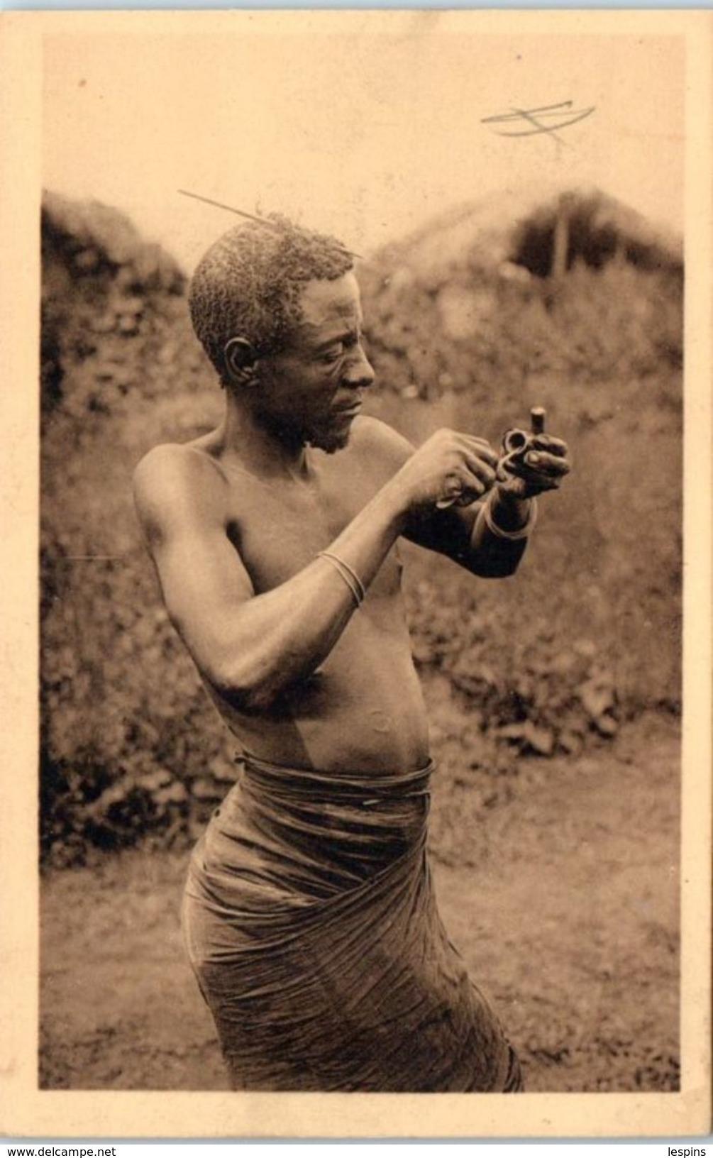 AFRIQUE -- RUANDA -- Mutwa Fabricant Une Pipe De Terre - Ruanda-Urundi