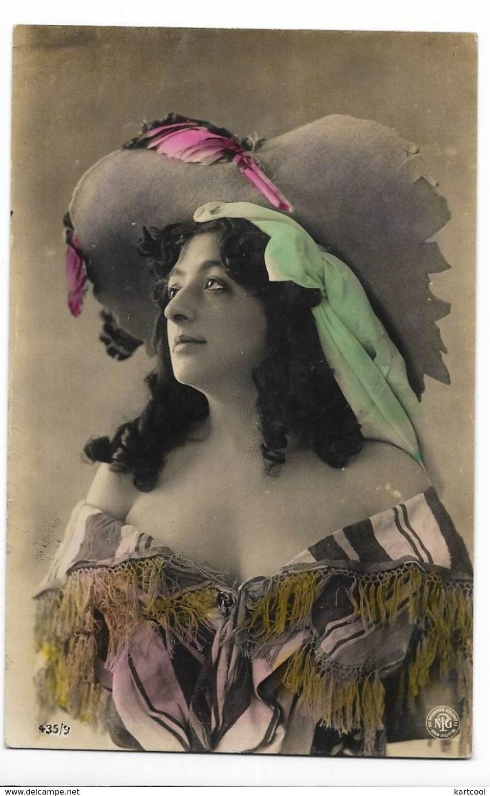 Femme Avec Grand Chapeau - Jolie Carte Ancienne - Hat Lady - Artiste De La Belle Epoque - Femmes