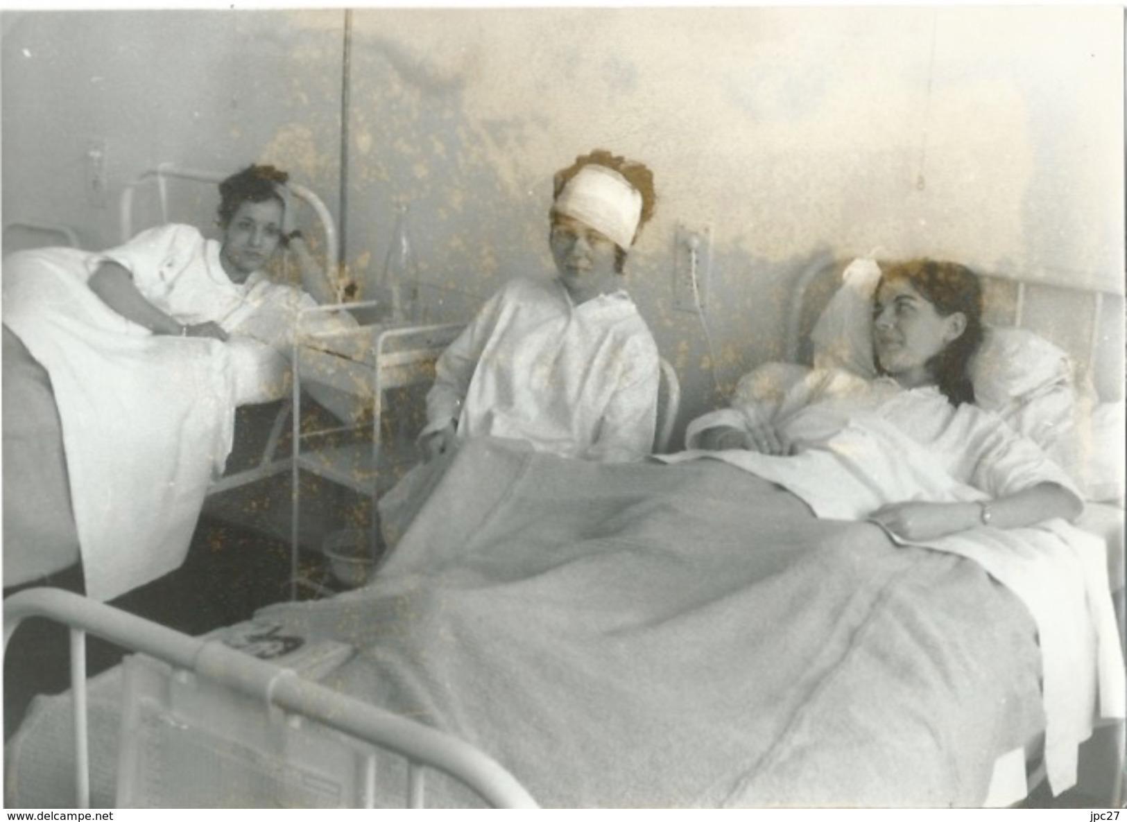 Photo Presse Femmes à L Hôpital - Les Rescapés De La Catastrophe De VAL D'ISERE En 1969 Qui A Fait 39 Victimes - Photographs