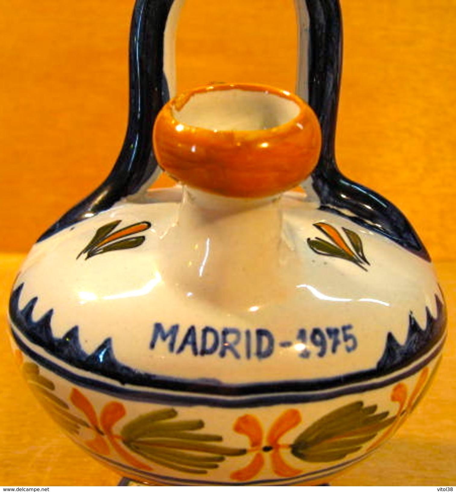 III SIMPOSIUM YOPLAIT INTERNACIONAL MADRID 1975 /  ESPANA N° 5 - Autres Bouteilles