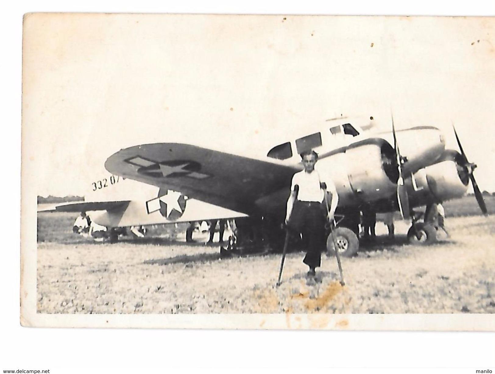 Photo D'un Personnage Blessé, Amputé D'une Jambe, Devant Un Avion Bombardier Américain 2e Guerre Mondiale 332-07 - Aviation