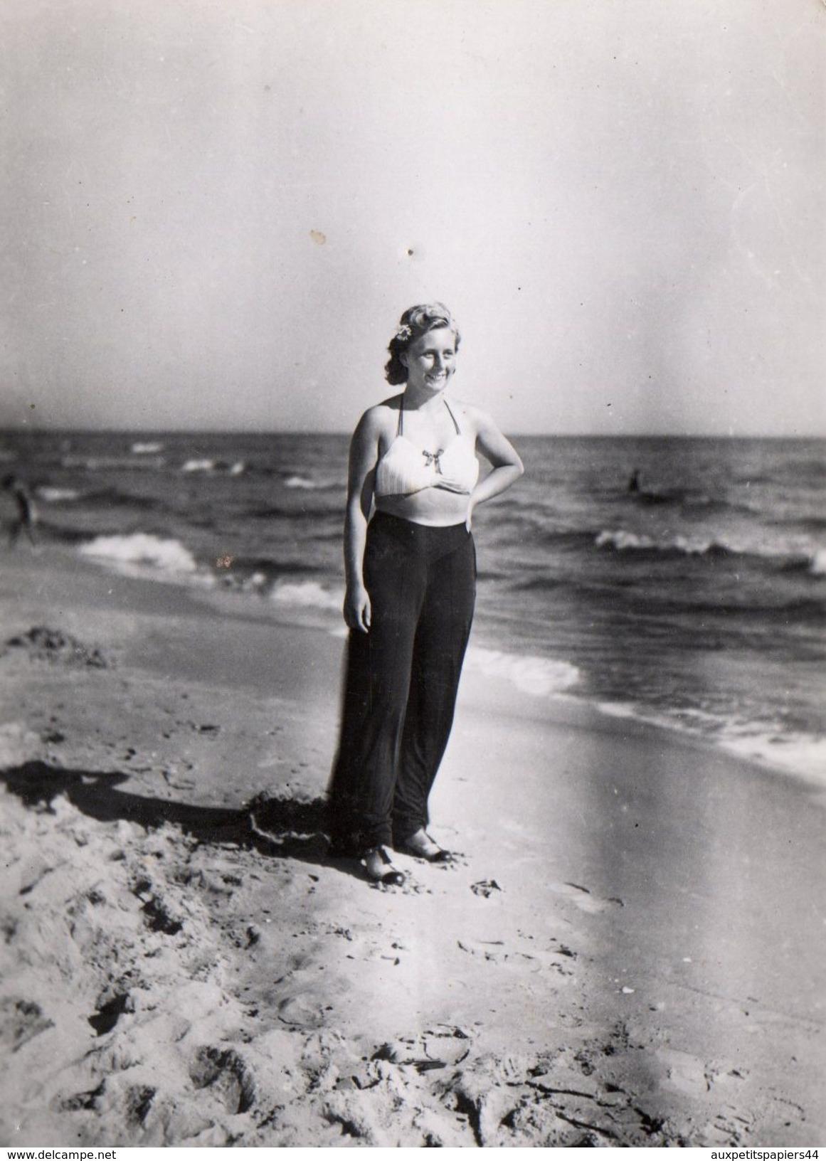 Photo Originale Sexy Pin-up En Haut De Maillot De Bain & Pantalon Sur La Plage En 1940 Les Débuts Du Bikini Louis Réard - Pin-Ups