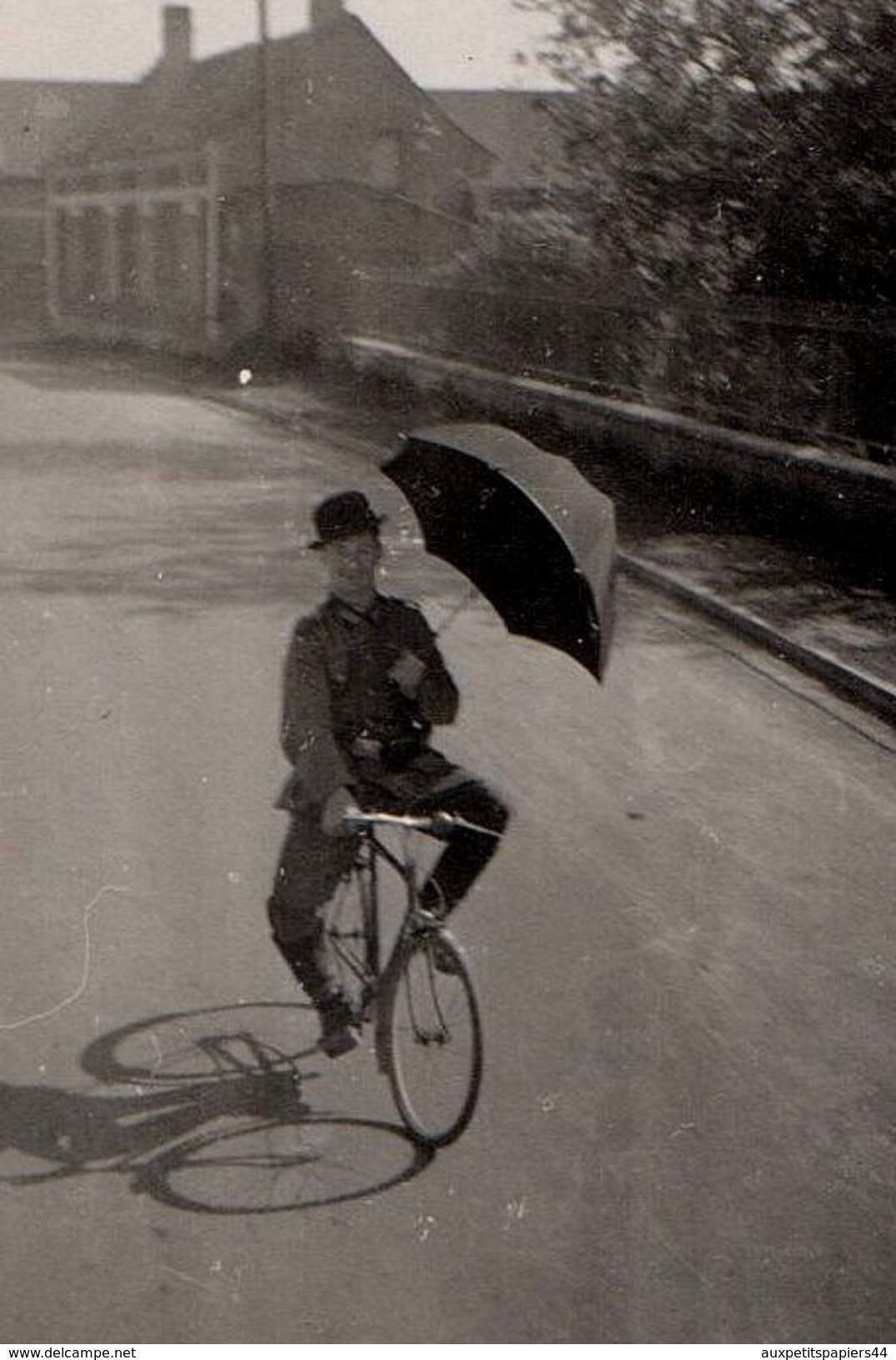 Amusante Photo Originale Guerre 1939-45 - Le Clown De La Wehrmacht Chapeau Melon Sur Son Vélo & Parapluie Ouvert ! - Cyclisme