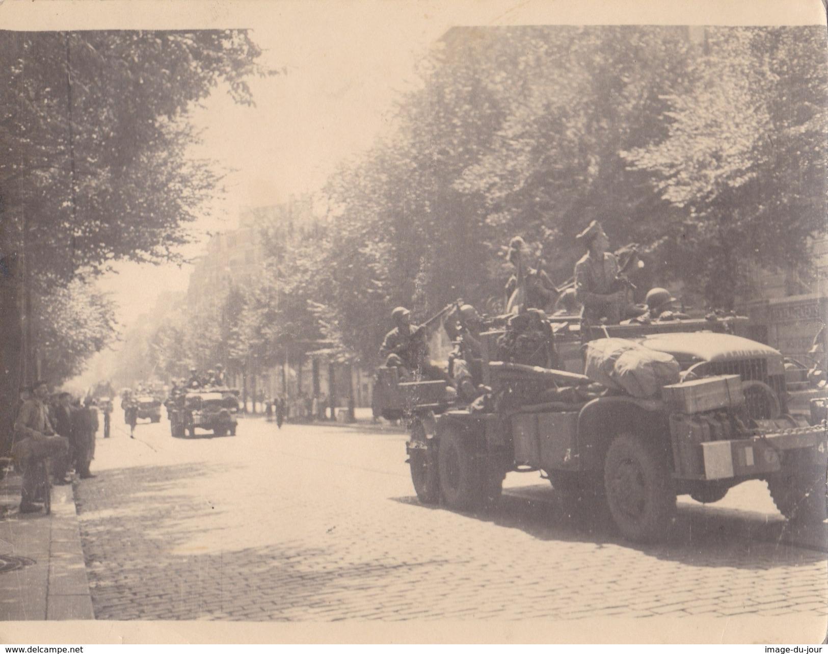 Photo Ancienne  Libération De Paris ( Allies Accueillis Par Les Tueurs Des Toits ) Americain Us Army Camion Militaire - Guerre, Militaire