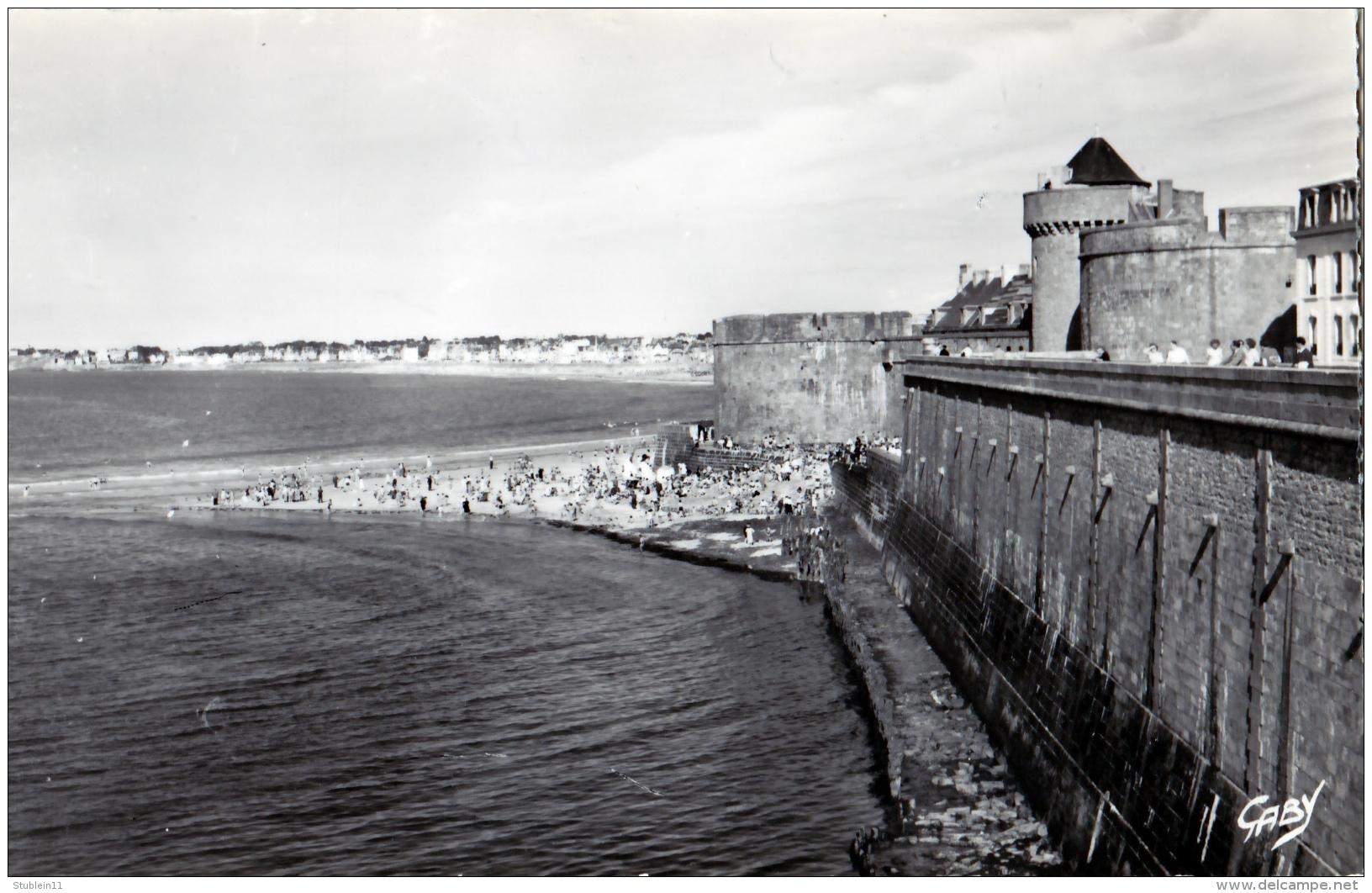 Saint-Malo (Ille-et-Vilaine)  Les Remparts  Et La Plage     LES 2 CARTES      (CPSM, Bords Dentelés, Format 9 X 14) - Saint Malo