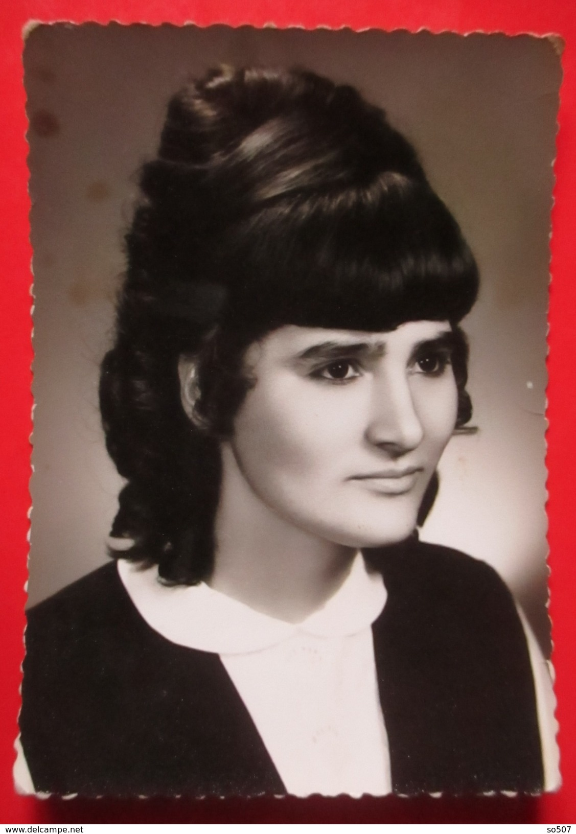 W7-Vintage Photo Snapshot-Pretty Dark Haired Girl With A Large Bun Of Hair - Anonymous Persons
