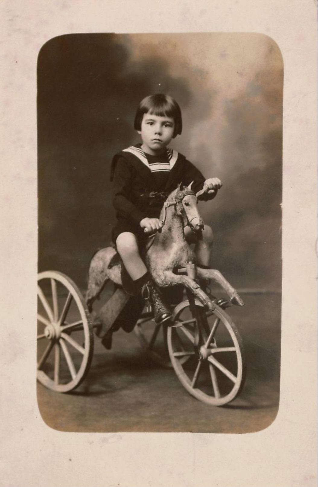 Superbe Photographie Ancienne , Carte-photo D'un Jeune Garçon(prénom René) En Costume Marin Sur Un Tricylcle-Cheval - Identifizierten Personen