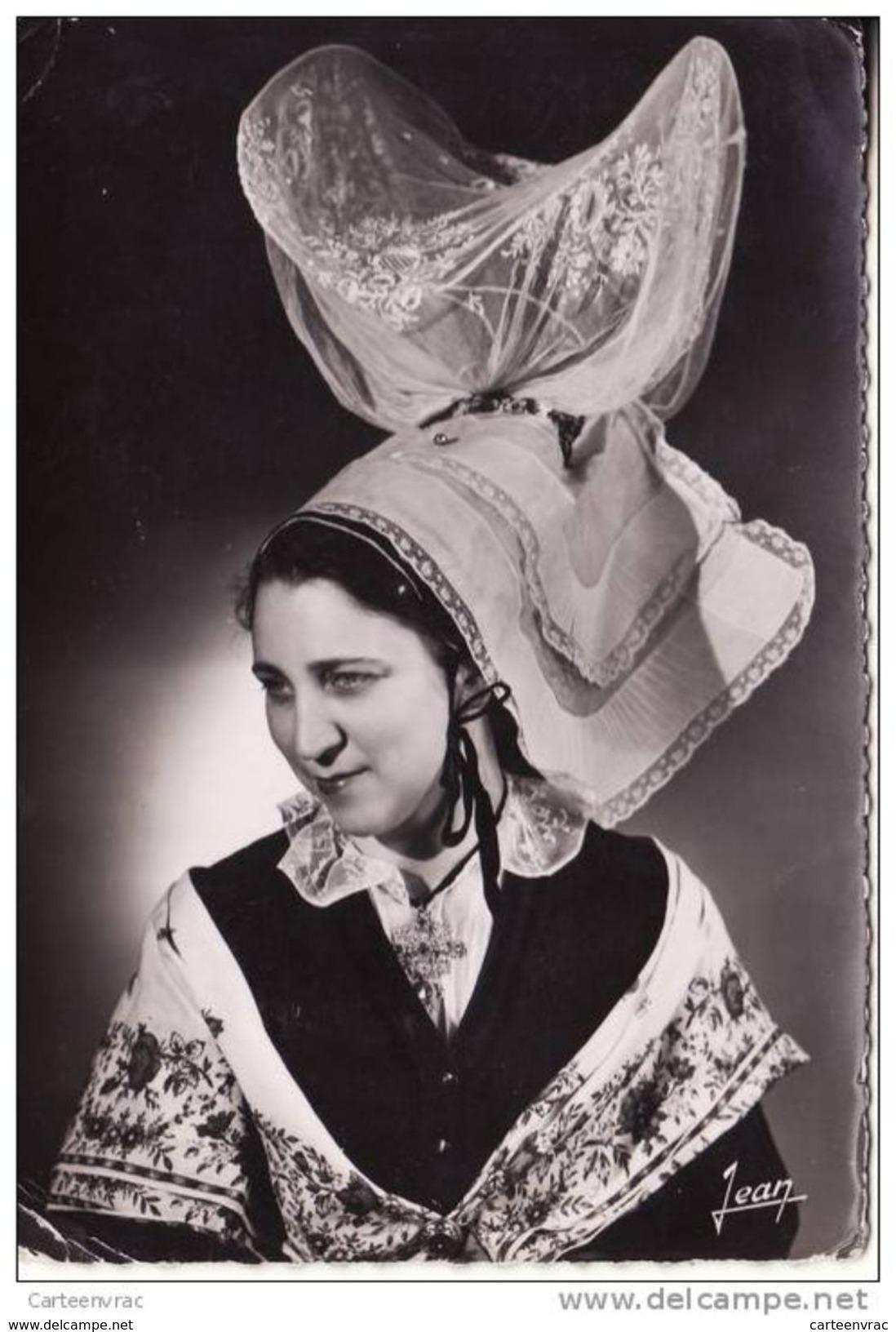 1426  Normadie Costumes De La Bourgeoisie Rurale Du Sud De La Manche En 1840 , Coiffe Petite Volante De COUTANCES - Costumes