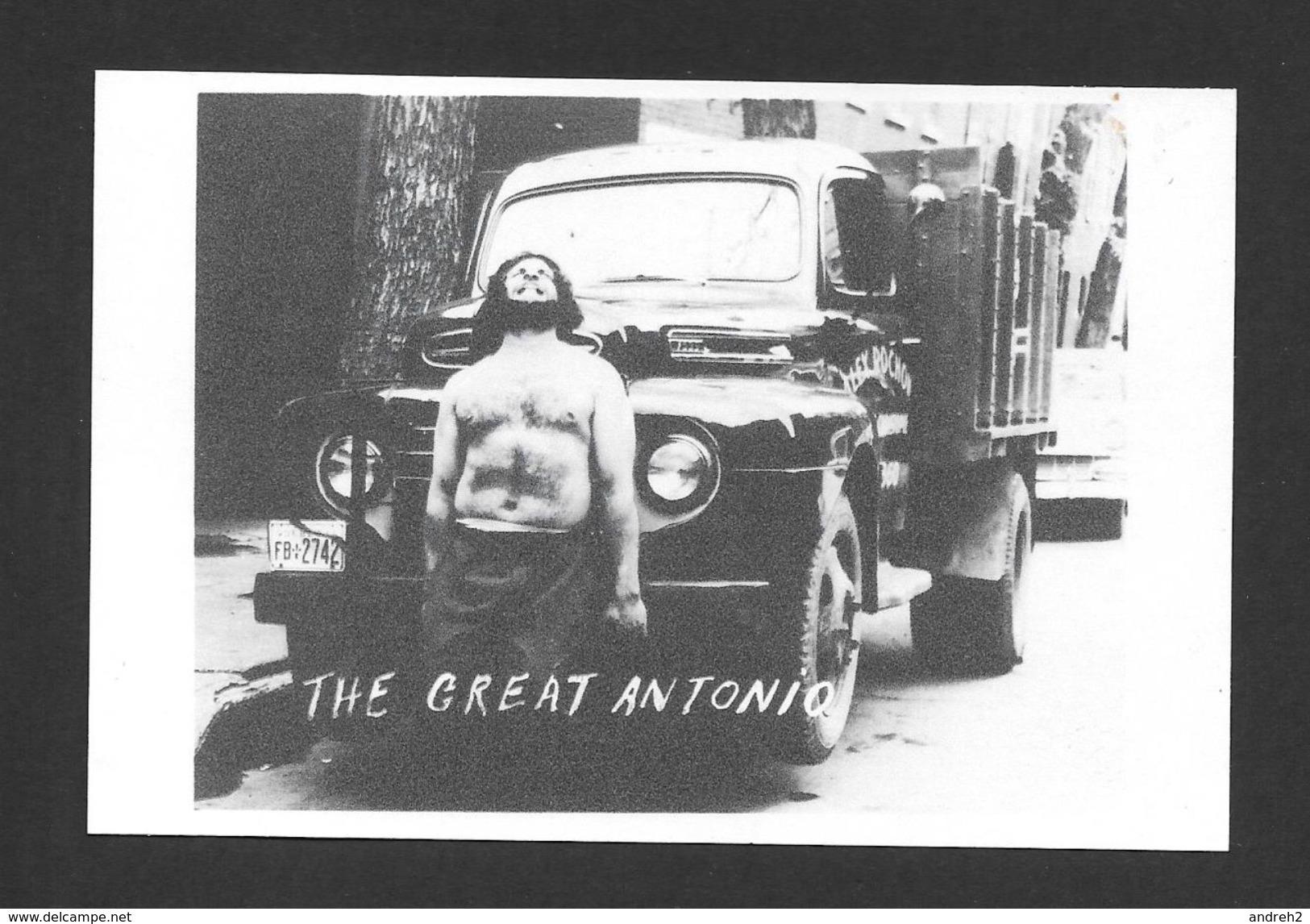 SPORTS - LE GRAND ANTONIO LUTTEUR ET HOMME FORT - LE GRAND ANTONIO AU PORT DE MONTRÉAL SOULEVANT UN CAMION VERS 1950 - Lutte