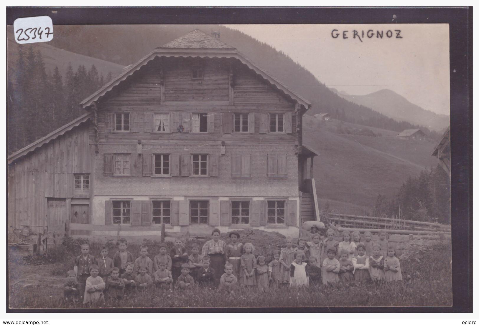 DISTRICT DU PAYS D'ENHAUT - GERIGNOZ - DEVANT UN CHALET ( ECOLE ? ) - TB - VD Vaud
