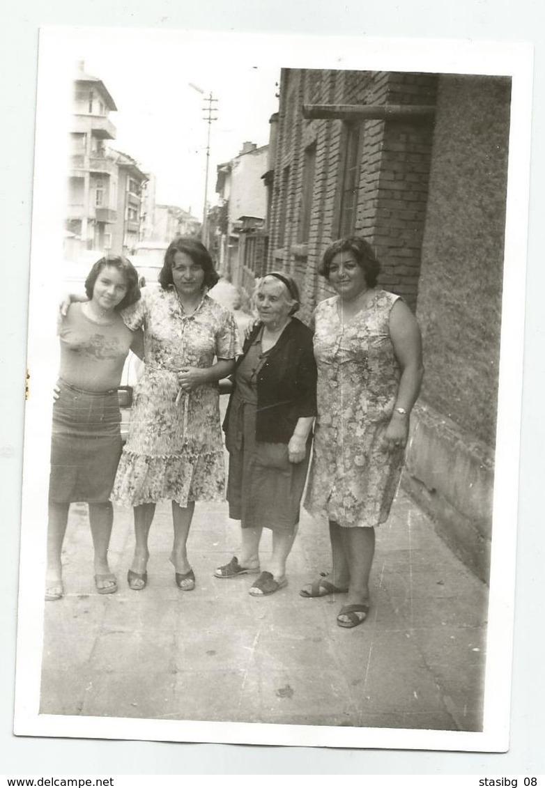 Bulgarian Women Pose For Photo Xz3- 25 - Anonyme Personen