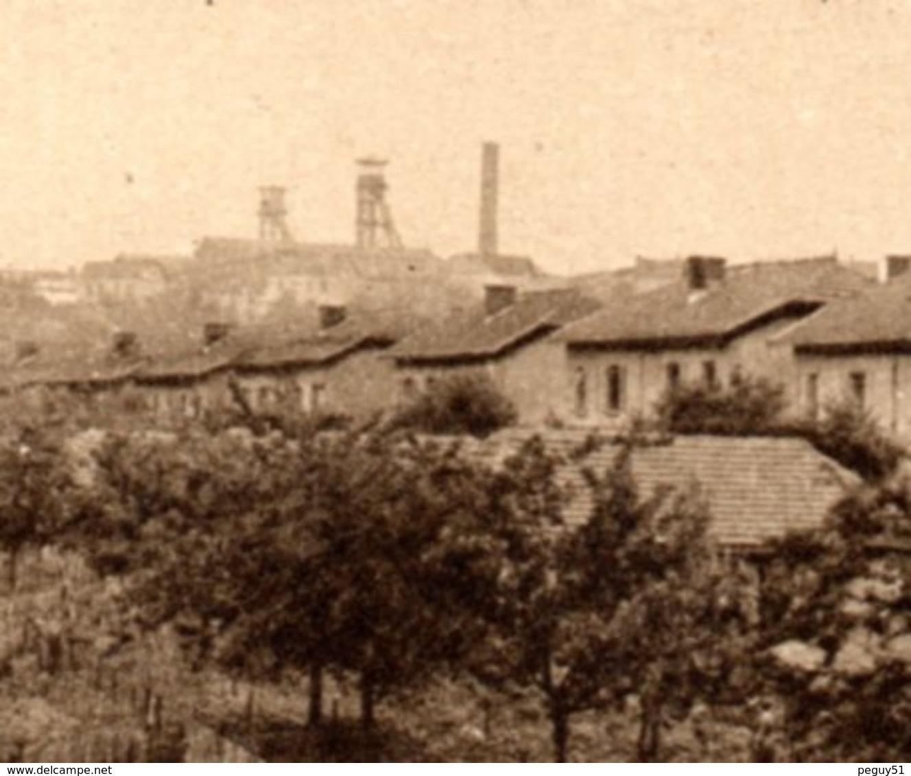 54. Tucquegnieux. Un Groupe De Maisons De La Cité Du Village. Au Fond La Mine - Autres Communes