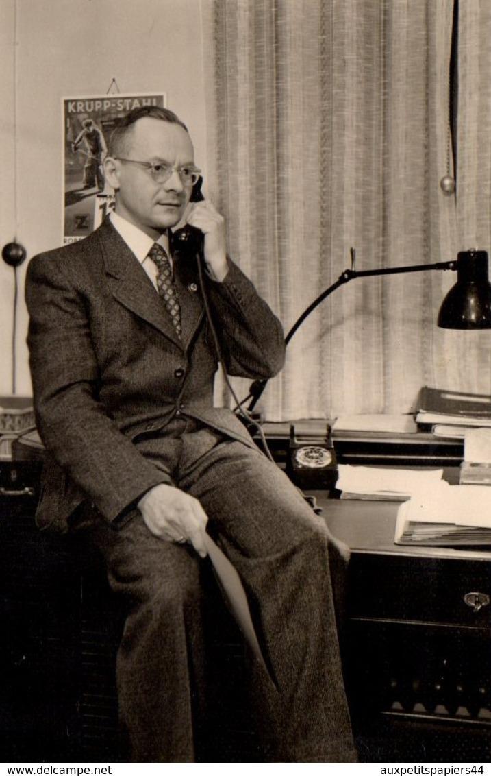 Photo Originale Bureaucrate Allemand Fritz Au Téléphone Le 13.02.1941 - Calendrier Acier Krupp Au Mur - Métiers