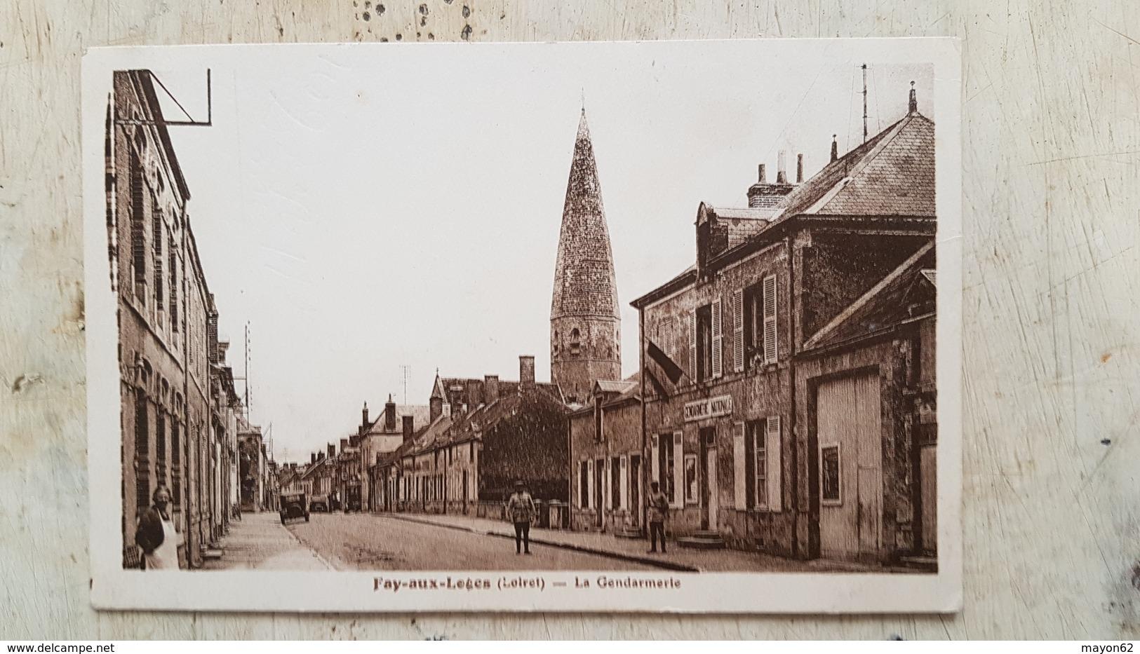 45 - CPA Animée, Gendarmes FAY-AUX-LOGES (Loiret) - La Gendarmerie (Verso Timbre Pétain 1943 60c) - Otros Municipios