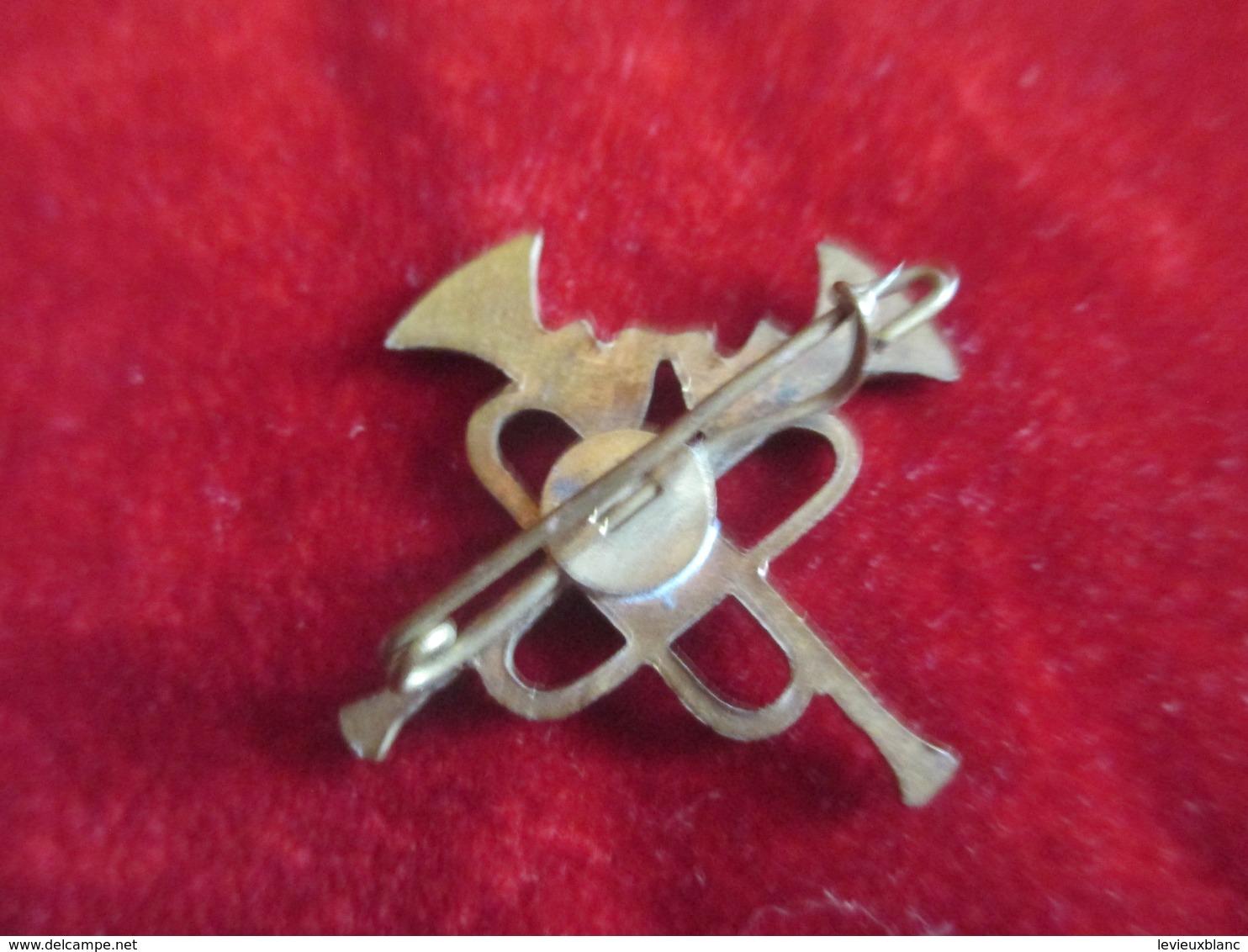 Musique/ Insigne à épingle / Trompettes Croisées /Bronze Embouti /Vers 1930 - 1950         PART263 - Objets Dérivés