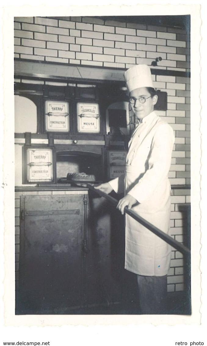 """Photo Jeune Homme Devant Fournil, Cuisinier, Gâteau ( Four """" Thierry Constructeur """" ) - Professions"""