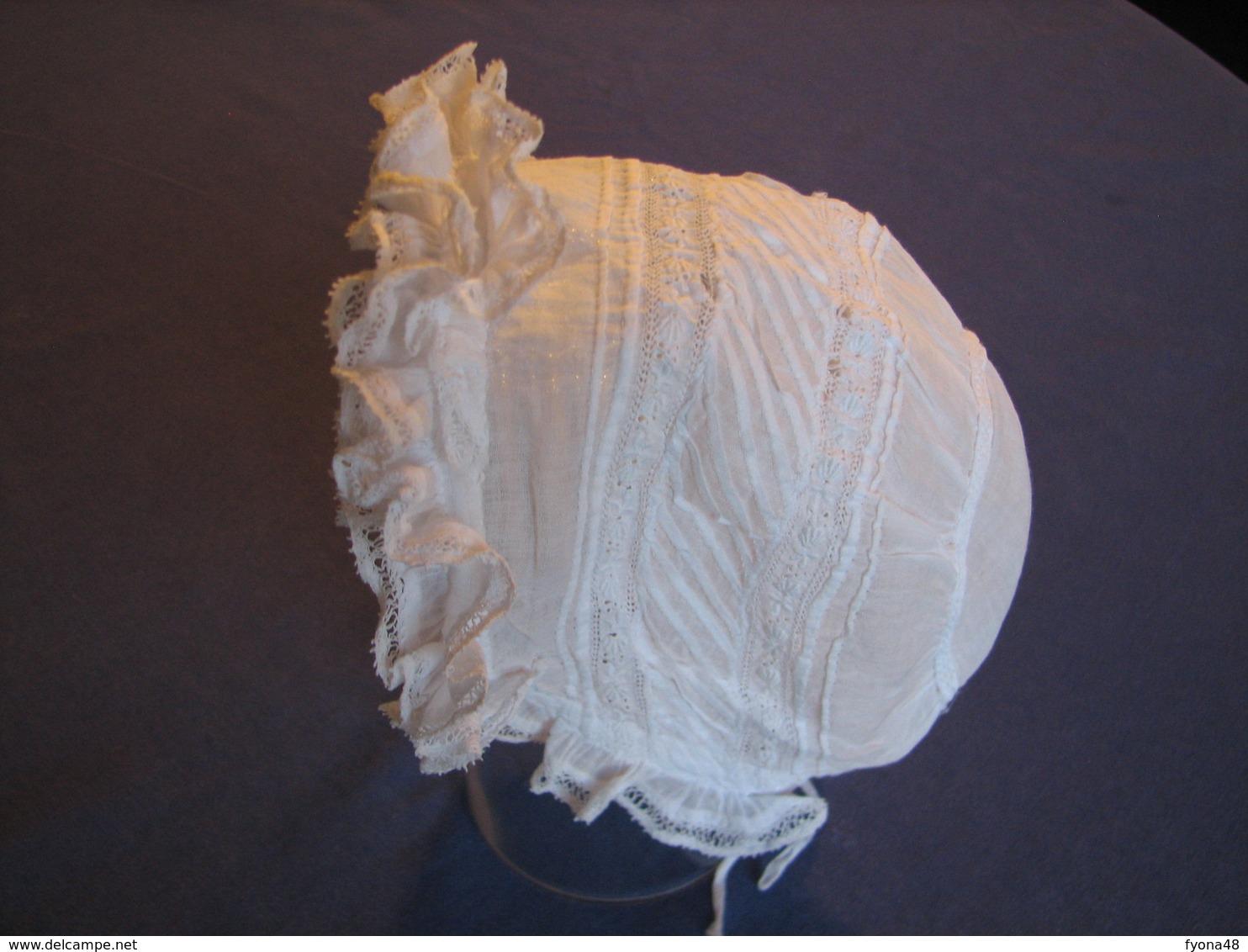 164 - Petit Bonnet  Ancien De Bébé, Brodé, Plissé Et Bordé De Dentelle - Children