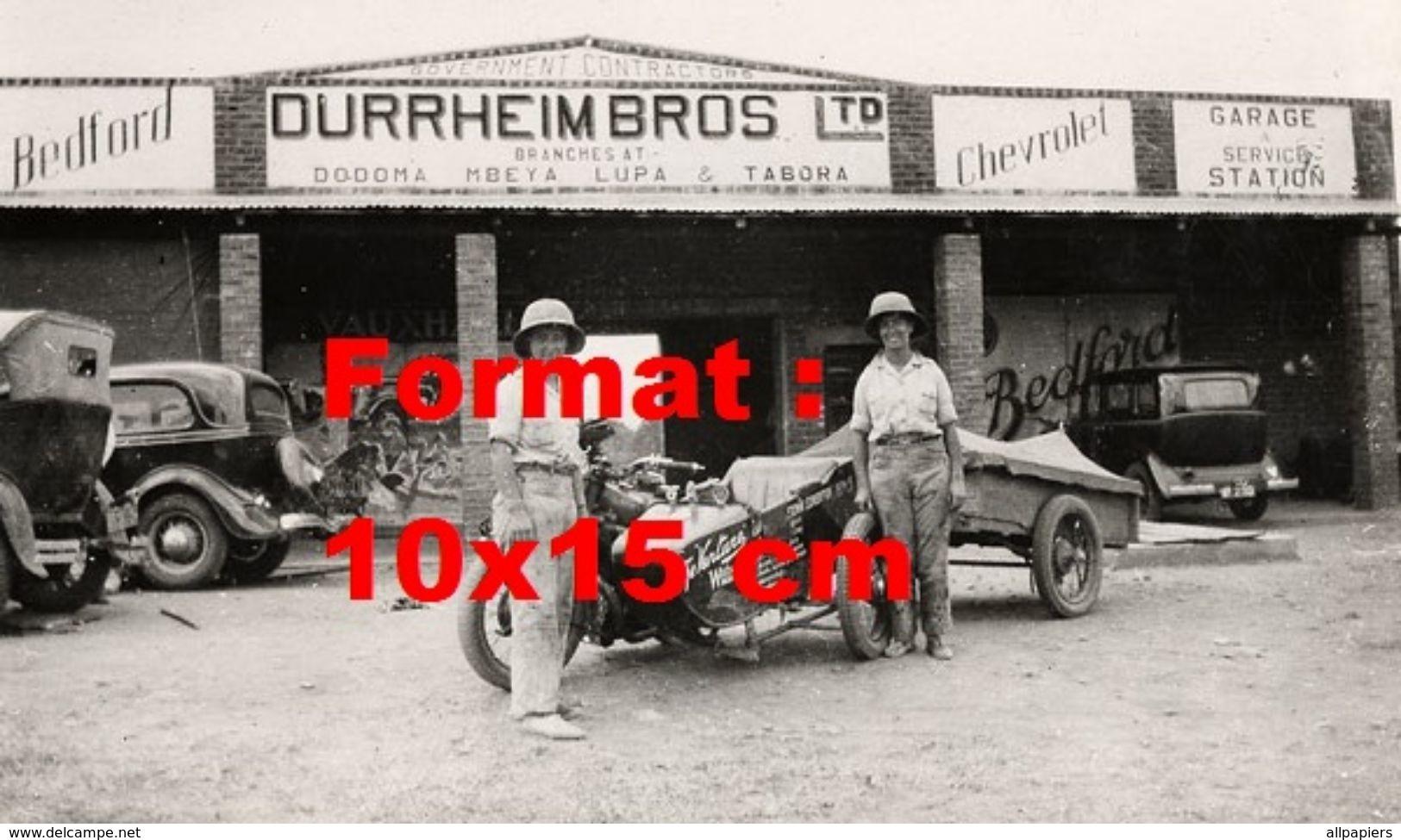 Reproduction D'une Photographie De Deux Femmes à Côté D'une Moto Side Car Avec Remorque - Reproductions
