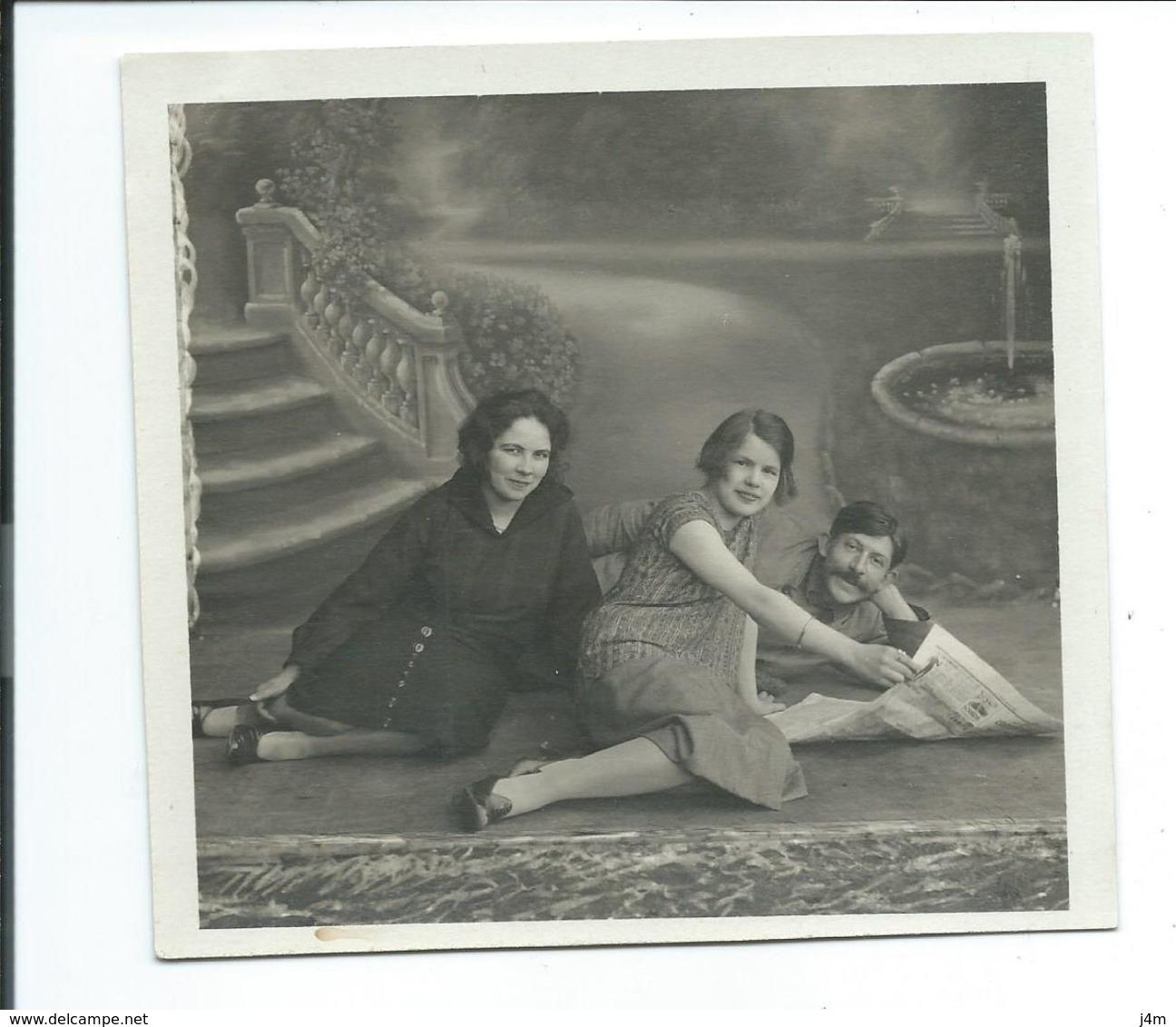 Ancienne PHOTO 12,5 X 11,5 Cm De 1930.. Deux FEMMES Et Un HOMME à La Lecture Du JOURNAL - Pin-up