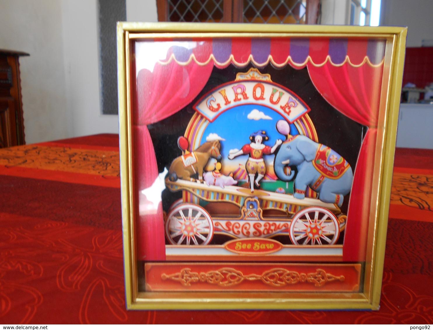 Vitrine : Diorama Musical : Le Cirque, équlibriste Sur Balance Contrepoids éléphant Contre Poney Et Cochon - Objets Dérivés