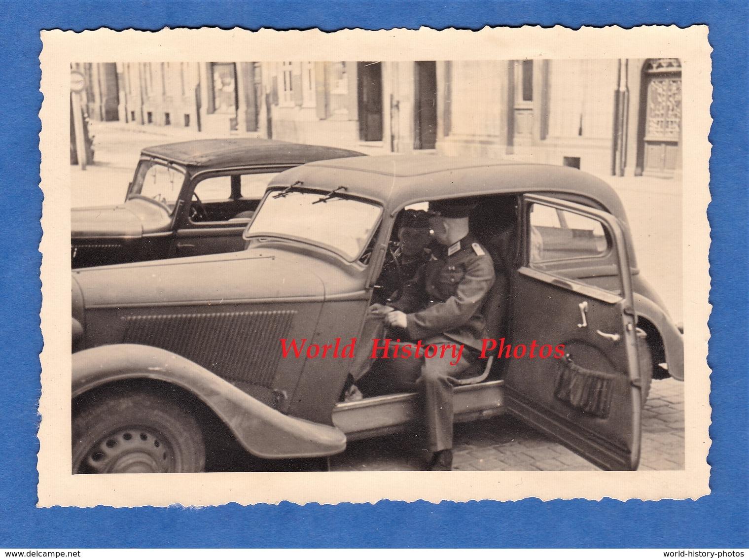Photo Ancienne D'un Soldat Allemand En France Entre 1940 Et 1942 - Automobile à Identifier - Cars