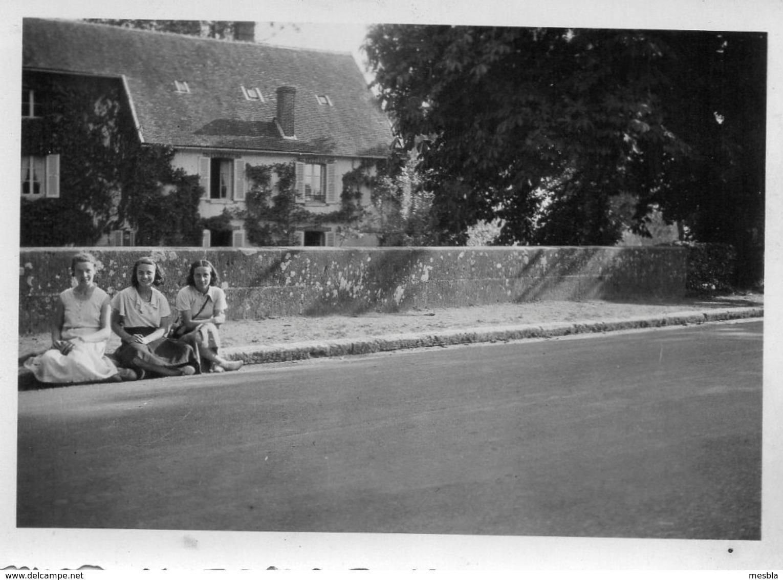 Photo  Authentique -     ROGNY  ( Yonne )   3 Jeunes Filles Assises Au Bord De La Route -1934 - Lieux