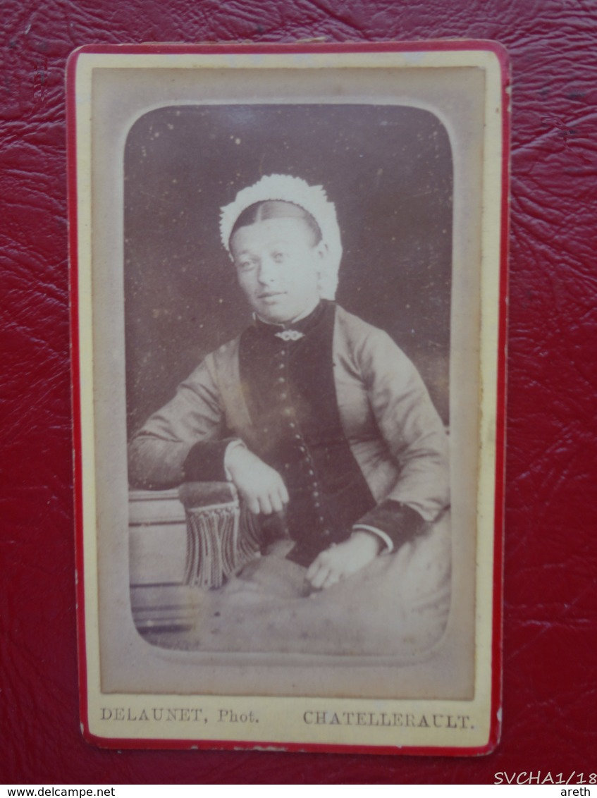 Photo Ancienne - Portrait  De  Femme Avec Coiffe - Format CDV -  Photo DELAUNET  à Chatellerault - Personnes Anonymes