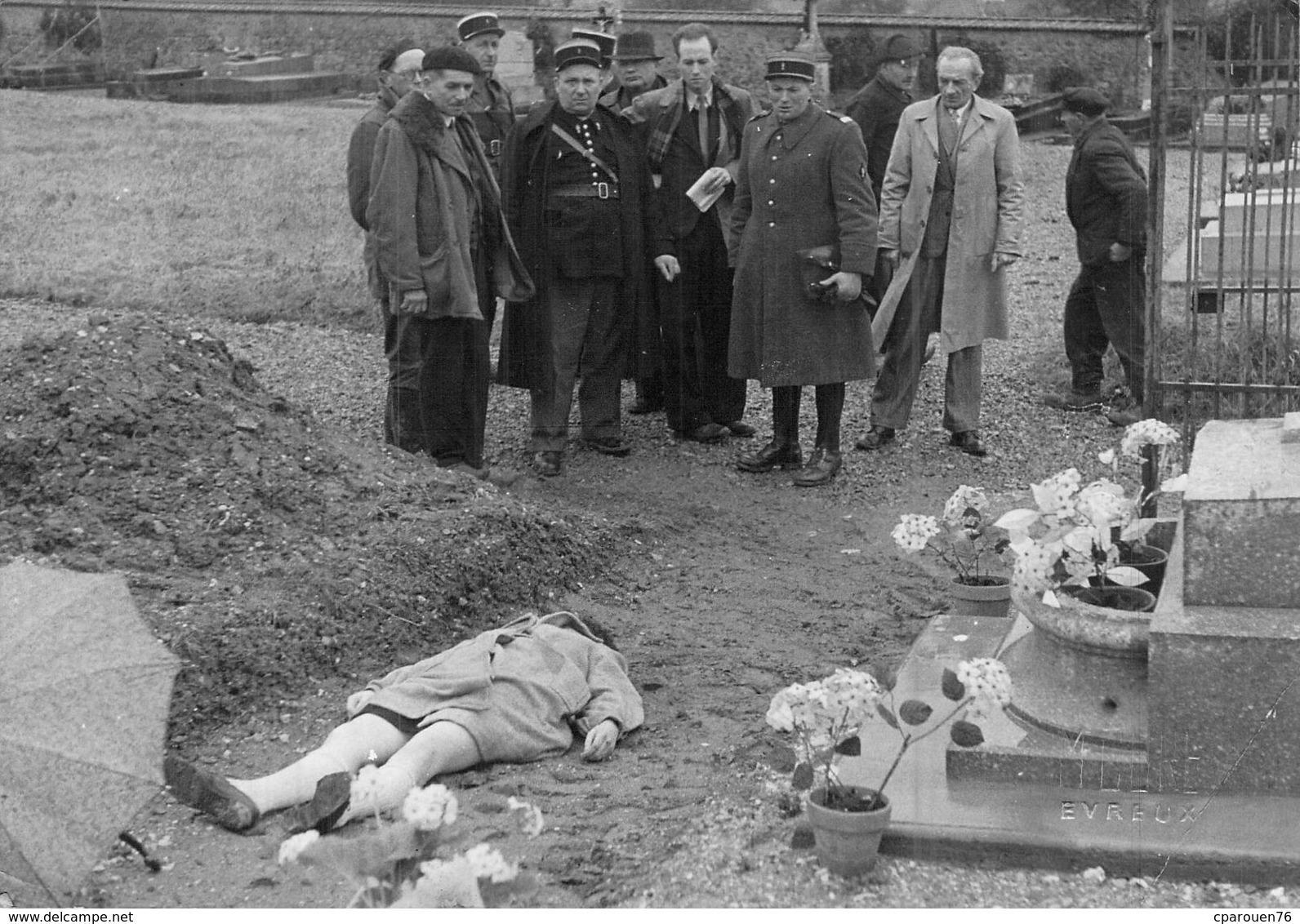 PHOTO ANCIENNE ANNEES 30 CURE EVREUX UNE FEMME MORTE DANS UN CIMETIERE LES POLICIERS - Glasdias