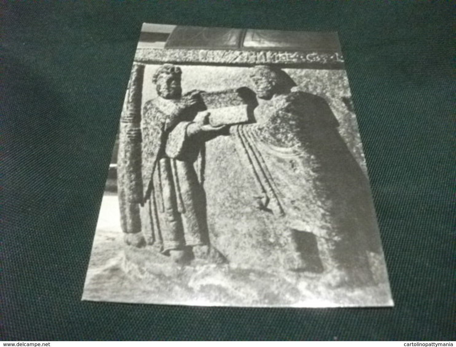 CHIAVENNA FONTE BATTESIMALE IN PIETRA OLLARE  SCULTURE IN BASSORILIEVO L'ARCIPRETE LEGGE RITUALE RETTO DA CHIERICO - Sculture
