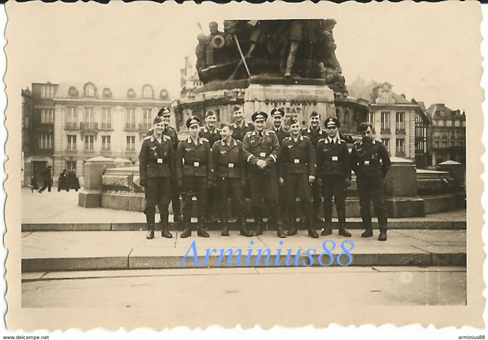 La France Sous L'occupation - Saint-Quentin - Aisne - Schwere Flak-Abteilung 695 - Place De L'hôtel De Ville, 25.12.1942 - Guerre, Militaire