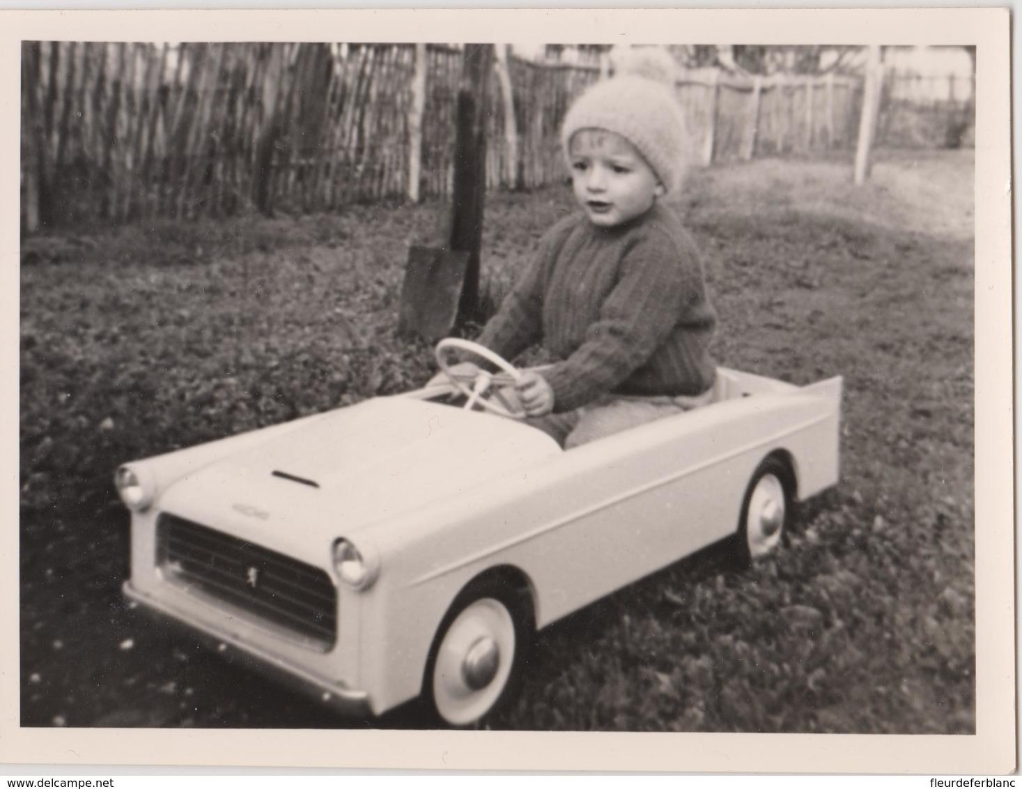 Photo D'un Petit Garçon Dans Sa Voiture à Pédales 404 Peugeot ? - Cars